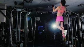 Η ελκυστική γυναίκα ικανότητας τραβά στο φραγμό στη γυμναστική Θηλυκό r απόθεμα βίντεο