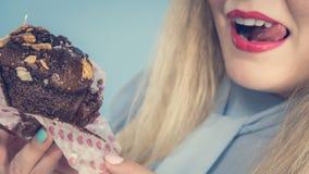 Η ελκυστική γυναίκα κρατά το κέικ διαθέσιμο Στοκ εικόνα με δικαίωμα ελεύθερης χρήσης