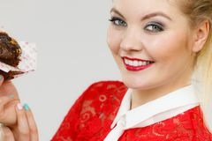 Η ελκυστική γυναίκα κρατά το κέικ διαθέσιμο Στοκ φωτογραφίες με δικαίωμα ελεύθερης χρήσης