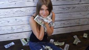 Η ελκυστική γυναίκα λούζει στα χρήματα απόθεμα βίντεο