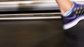 Η ελκυστική δεκαετία του '20 Θηλυκά πόδια treadmill στη λέσχη γυμναστικής Έννοια ευημερίας περπάτημα διαδρομής Διαγώνια τακτοποίη απόθεμα βίντεο