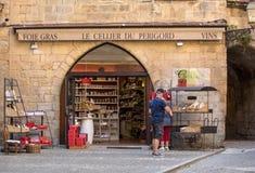 Η ελκυστική επίδειξη στο παράθυρο του κρασιού και Foie Gras ψωνίζουν στο Λα Caneda Sarlat στο τμήμα Dordogne, Aquitaine, Γαλλία στοκ εικόνα με δικαίωμα ελεύθερης χρήσης