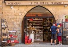: Η ελκυστική επίδειξη στο παράθυρο του κρασιού και Foie Gras ψωνίζουν στο Λα Caneda Sarlat στο τμήμα Dordogne, Aquitaine, Γαλλία στοκ εικόνα με δικαίωμα ελεύθερης χρήσης