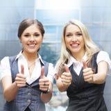 η ελκυστική επιχείρηση ντύνει επίσημες δύο γυναίκες Στοκ Εικόνα