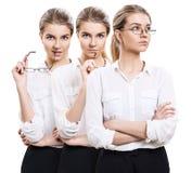 Η ελκυστική επιχειρηματίας κρατά τα γυαλιά στα χέρια στοκ φωτογραφίες