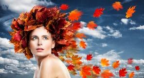 η ελκυστική κάλυψη ομορφιάς φθινοπώρου βγάζει φύλλα τη γυναίκα πορτρέτου γυμνότητας σφενδάμνου Τέλειο πρότυπο μόδας γυναικών Στοκ Εικόνες