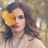 η ελκυστική κάλυψη ομορφιάς φθινοπώρου βγάζει φύλλα τη γυναίκα πορτρέτου γυμνότητας σφενδάμνου Τέλειο πρότυπο μόδας γυναικών Στοκ Φωτογραφία
