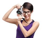 Η ελκυστική κυρία δίνει την αναδρομική φωτογραφική φωτογραφική μηχανή Στοκ φωτογραφία με δικαίωμα ελεύθερης χρήσης