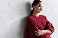Η ελκυστική νέα γυναίκα εκφράζει το gladness στοκ εικόνες