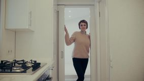 Η ελκυστική νέα γυναίκα προετοιμάζεται για να ταξιδεψει στο σπίτι ενώ συσκευάζοντας βαλίτσα απόθεμα βίντεο
