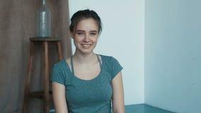 Η ελκυστική νέα γυναίκα σε ένα μικρό στούντιο φαίνεται κάμερα του AR χαμογελώντας αισθάνεται το ευτυχές κορίτσι προσώπων μόδας σε φιλμ μικρού μήκους