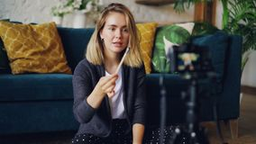 Η ελκυστική νέα γυναίκα vlogger καταγράφει το βίντεο για τις βούρτσες και τα καλλυντικά Το κορίτσι κρατά τη βούρτσα και την εξάρτ φιλμ μικρού μήκους