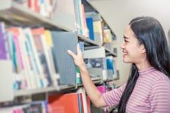 Η ελκυστική στάση σπουδαστών και παίρνει το βιβλίο Στοκ Φωτογραφία