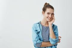 Η ελκυστική φίλη δεν μπορεί να σταματήσει στο φίλο Λεπτή καυκάσια γυναίκα με το κουλούρι hairstyle tenderly σχετικά με Στοκ Εικόνα