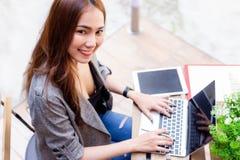 Η ελκυστική όμορφη επιχειρηματίας παίρνει την απόλαυση της ζωής επειδή cha στοκ φωτογραφία