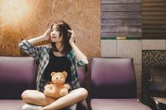 Η ελκυστική όμορφη ταξιδιωτική γυναίκα ακούει τι time's τ στοκ φωτογραφίες