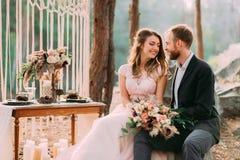 Η ελκυστικοί νύφη και ο νεόνυμφος ζευγών newlyweds γελούν και χαμογελούν ο ένας στον άλλο, ευτυχής και χαρούμενη στιγμή Άνδρας κα Στοκ εικόνα με δικαίωμα ελεύθερης χρήσης