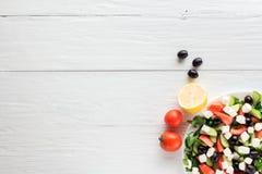 Η ελληνικά σαλάτα και τα συστατικά, επίπεδες βάζουν στοκ φωτογραφίες