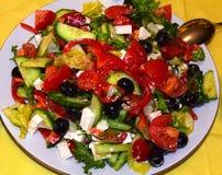 Η ελληνική σαλάτα αποτελείται από τις ντομάτες, τα αγγούρια, τις ελιές, το κόκκινο γλυκό πιπέρι, το τυρί φέτας και το ελαιόλαδο Στοκ Φωτογραφίες