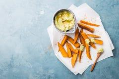 Η εμβύθιση αβοκάντο με τη γλυκιά πατάτα έψησε τα ραβδιά στοκ εικόνα