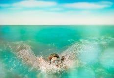 Η εμβύθιση παιδιών και κολυμπά στο νερό Στοκ Εικόνες