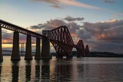 Η εμπρός γέφυρα ραγών που διασχίζει μεταξύ Fife και του Εδιμβούργου, Scotl στοκ φωτογραφίες