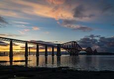 Η εμπρός γέφυρα ραγών που διασχίζει μεταξύ Fife και του Εδιμβούργου, Scotl στοκ εικόνες