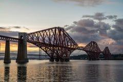 Η εμπρός γέφυρα ραγών που διασχίζει μεταξύ Fife και του Εδιμβούργου, Scotl στοκ εικόνα