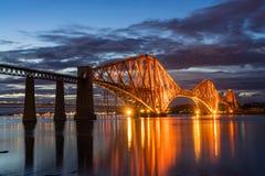 Η εμπρός γέφυρα ραγών που διασχίζει μεταξύ Fife και του Εδιμβούργου, Scotl στοκ φωτογραφία