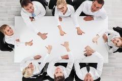 η εμφάνιση επιχειρηματιών φυλλομετρεί επάνω Στοκ εικόνες με δικαίωμα ελεύθερης χρήσης