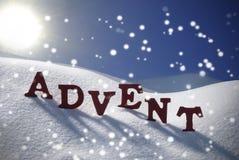 Η εμφάνιση σημαίνει χρονικά Snowflakes Χριστουγέννων το μπλε ουρανό ήλιων Στοκ φωτογραφία με δικαίωμα ελεύθερης χρήσης