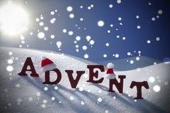 Η εμφάνιση σημαίνει χρονικό Snowflake Χριστουγέννων τον ουρανό καπέλων Santa Στοκ Φωτογραφίες
