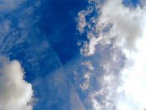 Η εμφάνιση του ήλιου από τα σύννεφα στον ουρανό Στοκ φωτογραφία με δικαίωμα ελεύθερης χρήσης