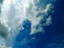Η εμφάνιση του ήλιου από τα σύννεφα στον ουρανό Στοκ Εικόνα