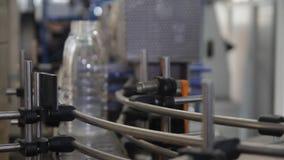 η εμφιάλωση των γαλακτοκομικών προϊόντων απόθεμα βίντεο