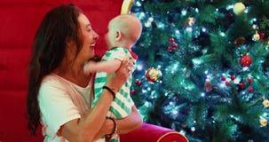 Η ενήλικη γυναίκα με ένα μωρό κάθεται απόθεμα βίντεο