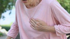 Η ενήλικη γυναίκα που έχει το πρόβλημα αναπνοής, αισθάνεται την επίθεση καρδιών κατά τη διάρκεια του περιπάτου στο πάρκο φιλμ μικρού μήκους