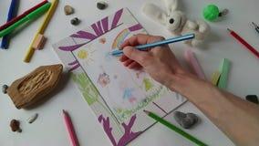 Η ενήλικη γυναίκα σύρει το σχέδιο εικόνων ύφους των παιδιών απόθεμα βίντεο