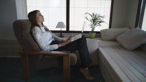 Η ενήλικη γυναίκα έχει τη συναισθηματική τηλεφωνική συνομιλία απόθεμα βίντεο