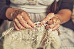 Η ενήλικη γυναίκα πλέκει Στοκ φωτογραφία με δικαίωμα ελεύθερης χρήσης