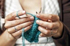 Η ενήλικη γυναίκα πλέκει Στοκ εικόνες με δικαίωμα ελεύθερης χρήσης