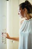 Η ενήλικη γυναίκα ωθεί το κουμπί μέσα σε έναν ανελκυστήρα Στοκ φωτογραφία με δικαίωμα ελεύθερης χρήσης