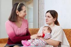 Η ενήλικη κόρη επικοινωνεί με τη μητέρα της Στοκ φωτογραφία με δικαίωμα ελεύθερης χρήσης