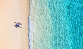 Η εναέρια άποψη άνθρωποι συνδέει στην παραλία στο Μπαλί, Ινδονησία Διακοπές και περιπέτεια Παραλία και τυρκουάζ νερό Τοπ άποψη απ στοκ εικόνες