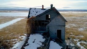 Η εναέρια άποψη ανωτέρω και το Αϊντάχο εγκαταλείπουν το αγροτικό σπίτι φιλμ μικρού μήκους