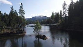 Η εναέρια άποψη ενός χάλυβα γεφυρώνει το πέρασμα ενός ποταμού φιλμ μικρού μήκους