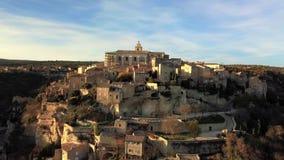 Η εναέρια άποψη κηφήνων Gordes, επονομαζόμενη τα περισσότερα όμορφα χωριά της Γαλλίας, εσκαρφάλωσε σε μια δύσκολη επάνθιση στο τέ φιλμ μικρού μήκους