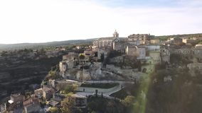 Η εναέρια άποψη κηφήνων Gordes, επονομαζόμενη τα περισσότερα όμορφα χωριά της Γαλλίας, εσκαρφάλωσε σε μια δύσκολη επάνθιση στο τέ απόθεμα βίντεο