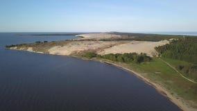 Η εναέρια άποψη ξημερωμάτων με τον κόλπο και οι αμμόλοφοι σε Curonian φτύνουν κοντά στη Nida, Λιθουανία Πτήση πέρα από την ακτή φιλμ μικρού μήκους
