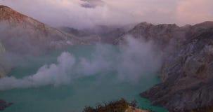 Η εναέρια άποψη σφάλματος κηφήνων υπερβολική του όμορφου ηφαιστείου Ijen με την όξινη λίμνη και το θείο δηλητηριάζουν με αέρια τη φιλμ μικρού μήκους